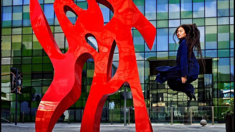 Dans le quartier branché de Salitun, le chorégraphe Zhao Liang fait une performance. L'art contemporain s'impose partout dans la ville.