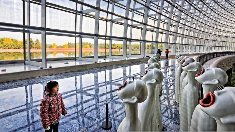 Les Pékinois viennent nombreux et en famille visiter les expostitions et les galeries d'art. Ici, le Centre national d'art contemporain, de l'architecte Paul Andreu,