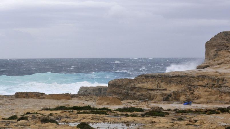 Après le passage de la tempête, il ne reste que la falaise, la pile et le pont ayant disparu