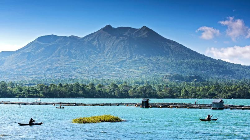 Au pied du Batur clapotent les flots du lac enchâssé dans une immense caldeira. Lors de la dernière éruption, en l'an 2000, le volcan a lâché un panache de cendres à 300 mètres de hauteur.