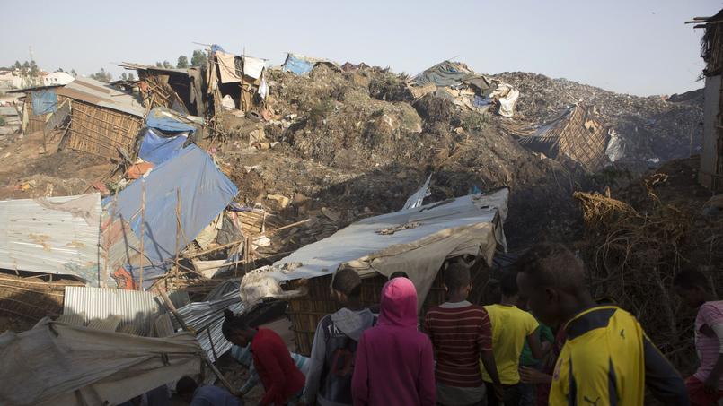 De nombreuses habitations étaient construites sur cette montagne de déchets à Koshe.