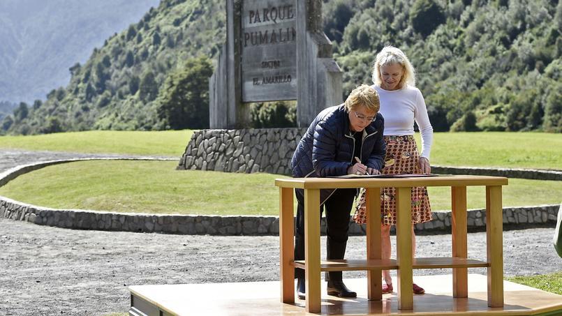 La présidente du Chili et Kristine McDavitt ont signé le protocole d'accord dans le parc Pumalin.