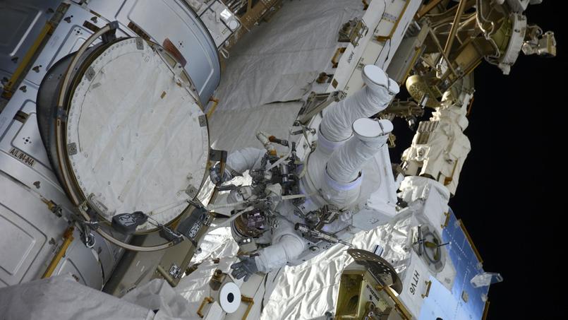 Thomas Pesquet en scaphandre le 13 janvier 2017, photographié depuis l'intérieur de l'ISS.