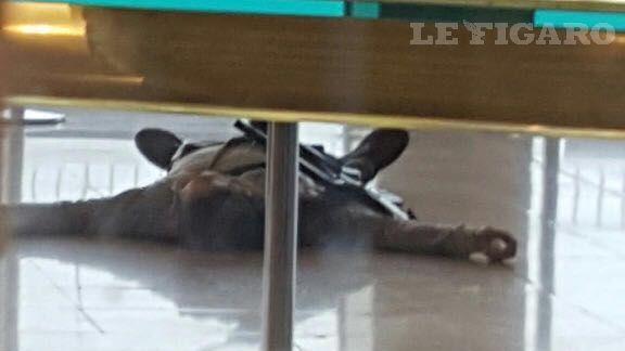 Sur notre photo de l'assaillant présumé, à terre après avoir été neutralisé, nous pouvons apercevoir qu'il est parvenu à s'emparer du fusil de la militaire et, vraisemblablement, à le passer en bandoulière.