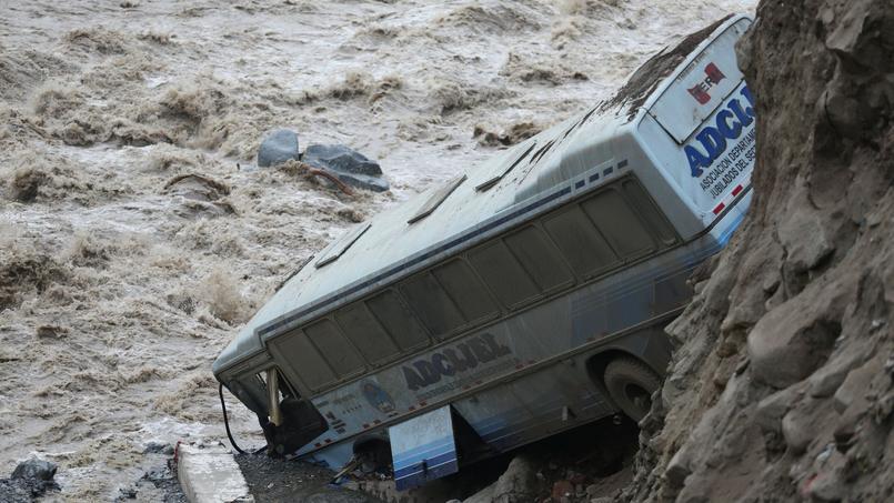 La carcasse d'un bus, à Chosica, le 16 mars.