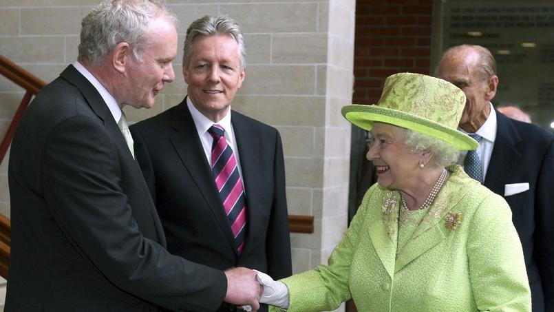 Poignée de main historique avec la reine Elizabeth II, en 2012.