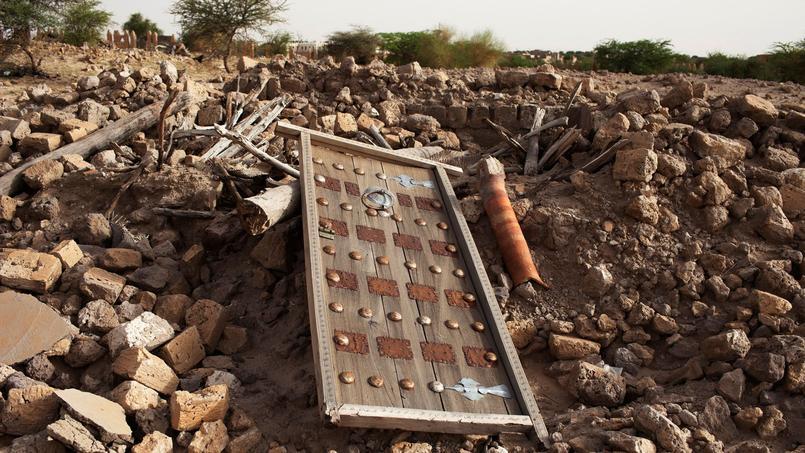 Les décombres d'un ancien mausolée détruit (25 juillet 2013).
