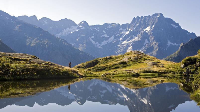 Dans la vallée du Valgaudemar, le Sirac (3 340 m) se reflète dans l'eau du lac du Lauzon. (Pascal Saulay / Parc national des Écrins)