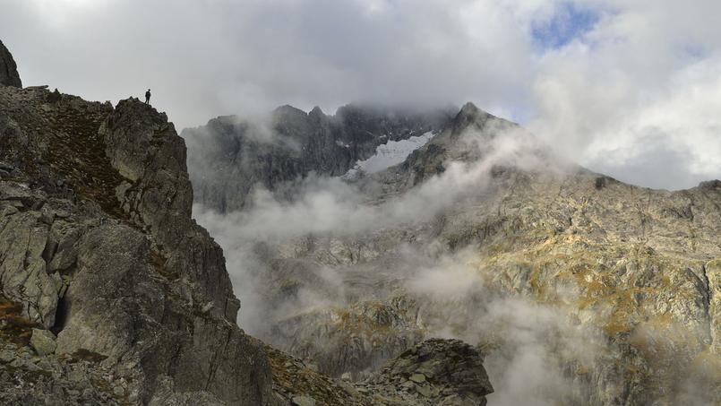 Les brumes et les nuages se confondent et cachent le sommet du Balaïtous (3144 m) aux yeux du randonneur. Ce massif granitique est le premier pic de la chaîne pyrénéenne dépassant les 3000 mètres d'altitude. (Laurent Nédelec/ Parc national des Pyrénées)