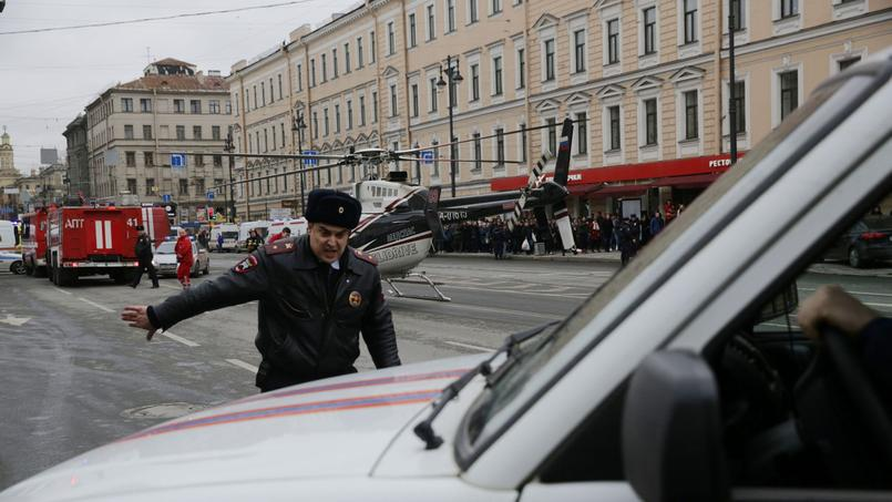 Devant la station Sennaïa Plochtchad, à Saint-Petersbourg.