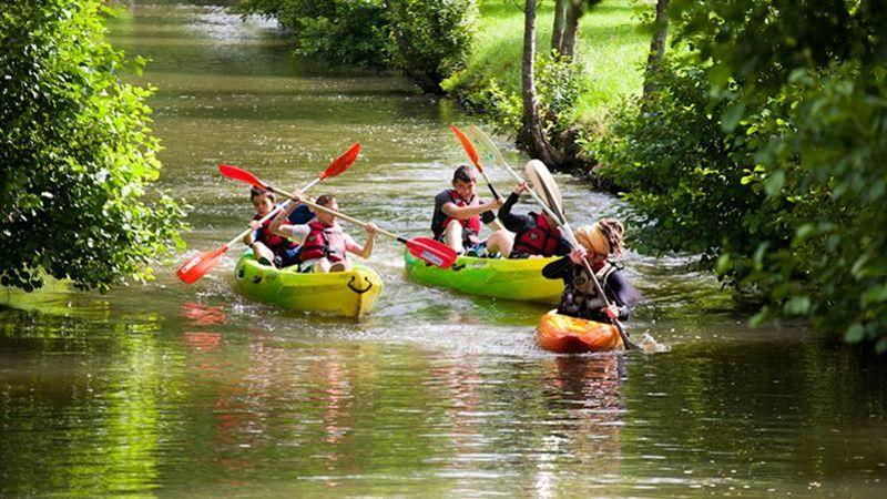 Dans la Sarthe, pagaies et gilet de sauvetage pour une promenade en canoë. (©Cemjika)