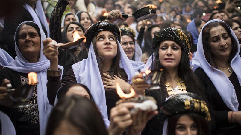 NOUVEL AN. Des milliers de Yazidis ont marqué ce mercredi 19 avril leur nouvel an dans un temple du nord de l'Irak, le plus grand rassemblement de cette minorité depuis qu'elle a été prise pour cible par les djihadistes. Vêtus d'habits traditionnels, tenant des bougies et des lampes à huile, les Yazidis ont débuté leurs célébrations la veille à Dahûk, non loin de Mossoul. L'évènement est censé commémorer la création de l'univers par les anges et célébrer la nature et la fertilité.