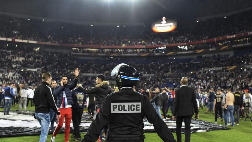 Les forces de police repoussent les spectateurs avant le match Lyon-Besiktas à Lyon jeudi dernier.