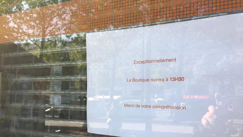 Écriteau placé sur la porte de la boutique Orange sur les Champs-Élysées ce vendredi matin. Crédit: Julien Licourt.