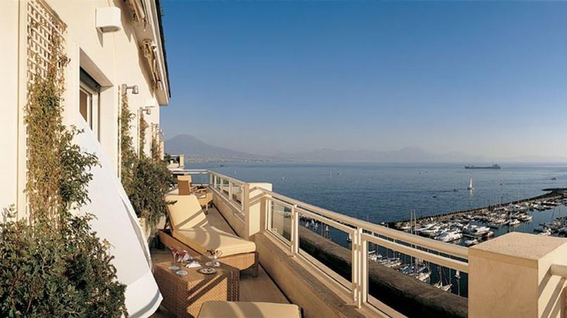 Moment de détente sur la baie de Naples. (Grand Hotel Vesuvio,)