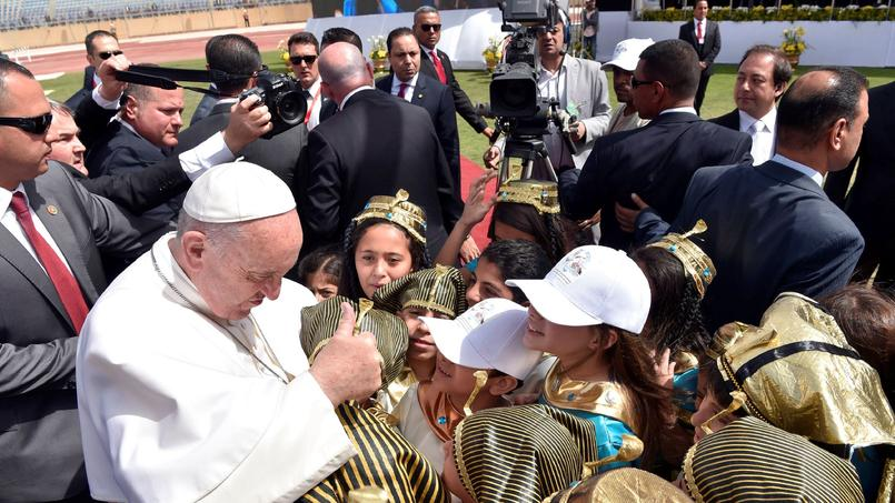 Le pape François rencontrant des enfants lors de sa grande cérémonie au Caire, le 29 avril.