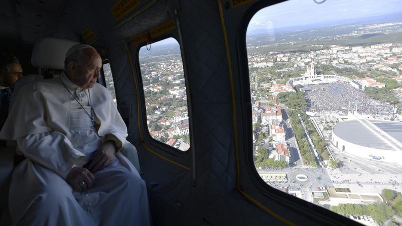 Le pape François arrive à la ville-sanctuaire de Fatima, par hélicoptère, le vendredi 12 mai.