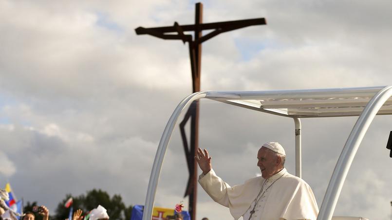Attendu avec ferveur par des centaines de milliers de fidèles dans la ville-sanctuaire de Fatima, Le souverain pontife argentin est arrivé vendredi à 16h10 à la base aérienne militaire de Monte Real et a entamé son premier pèlerinage au Portugal.