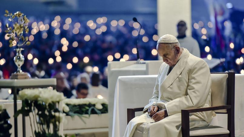 Le pape mène la prière du vendredi soir.