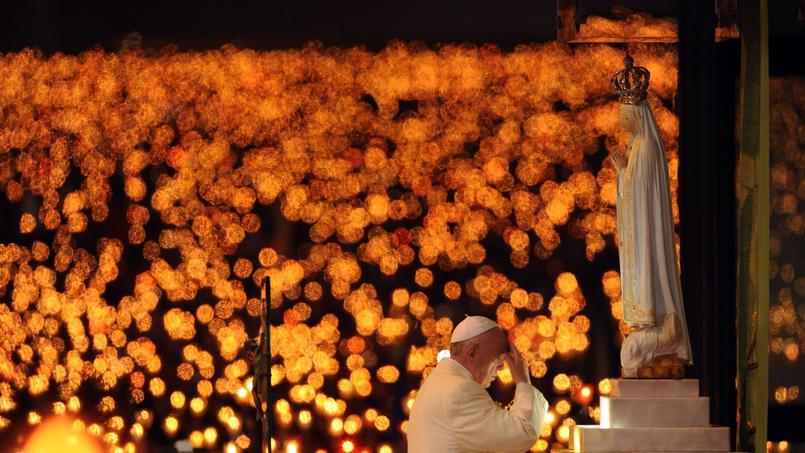 Le pape se recueille devant une statuede Notre-Dame de Fatima, devant la Chapelle des Apparitions.