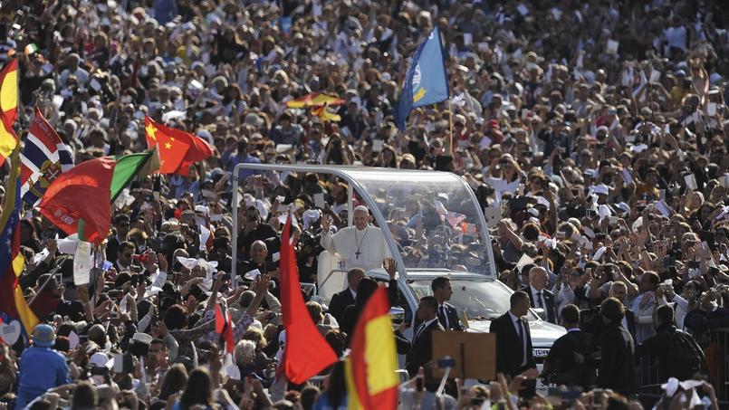 Le pape François accueilli par la foule, pour la canonisation de deux petits bergers témoins d'apparitions supposées de la Vierge.