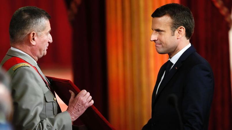 Emmanuel Macron devant le Grand Collier de la Légion d'Honneur.