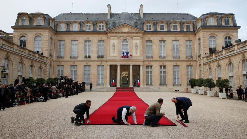 Le tapis rouge menant à l'Élysée était installé dimanche matin, avant l'arrivée des invités.