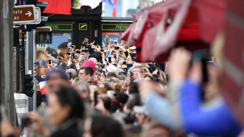 Les parisiens sur les Champs-Élysées.