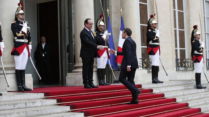 François Hollande accueille son successeur.