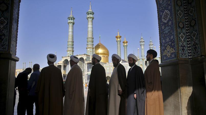 Des religieux patientent avant d'aller voter pour la présidentielle.