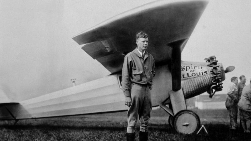 Charles Lindbergh le 20 mai 1927 devant son avion «Spirit of Saint Louis», juste avant son décollage de Roosevelt Field pour sa traversée de l'Atlantique (New York-Paris).