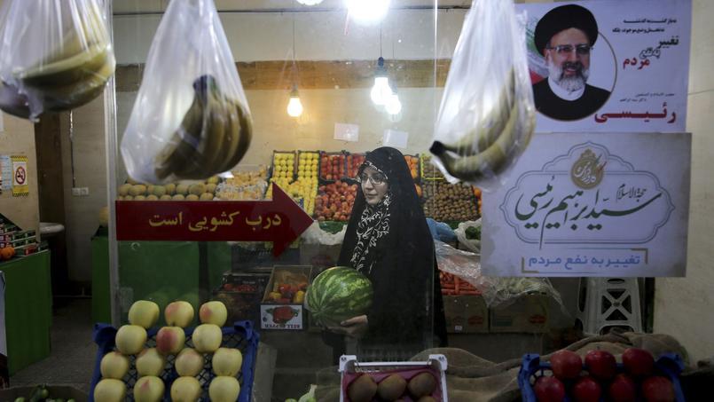 Des affiches électorales dans une épicerie à Téhéran.