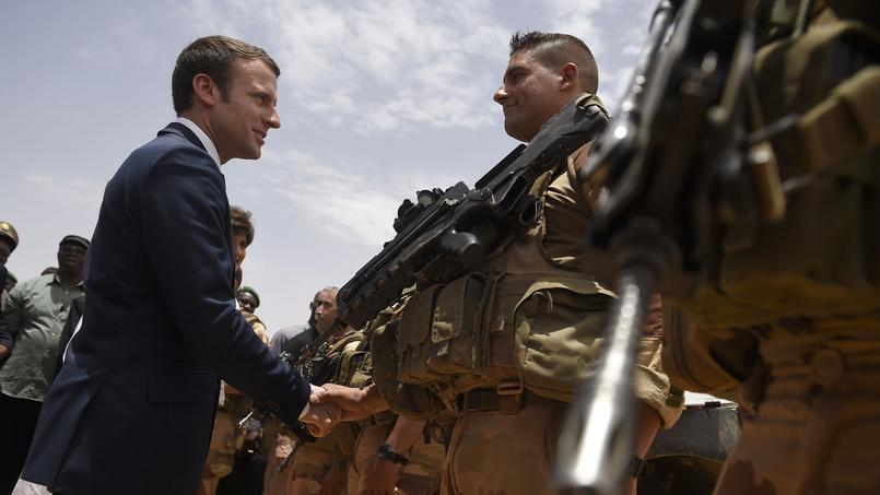 Emmanuel Macron salue des soldats français au Mali, vendredi.