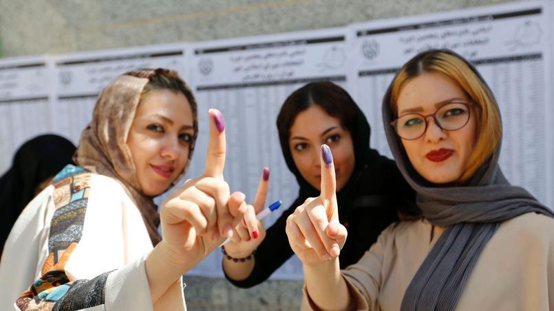 Des Iraniennes montrent fièrement leur doigt après avoir voté.