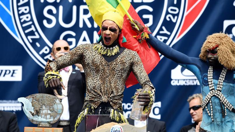 Le Sénégal, qui fait son entrée dans les Championnats du monde, a choisi de présenter ses surfeurs vêtus de leur combinaisons revisitées à la mode africaine.