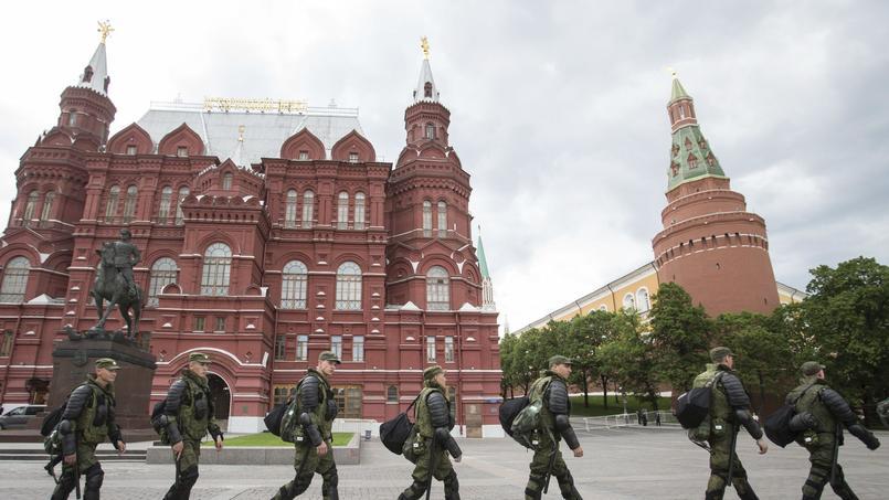 Des soldats passent devant le Kremlin pour se rendre rue Tverskaïa, où Alexeï Navalny organise une manifestation anti-corruption.