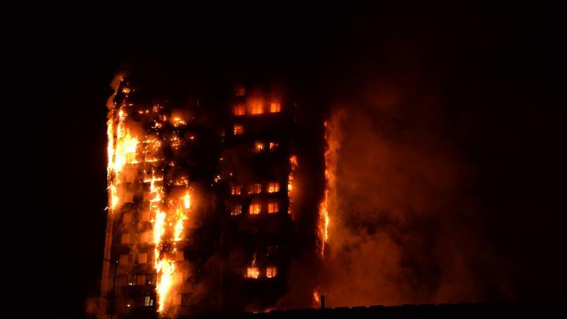 Les flammes ont dévoré l'immeuble au beau milieu de la nuit.