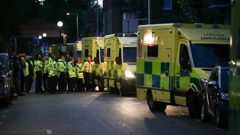Des ambulances sont stationnées à proximité du lieu de l'incendie. Deux cents pompiers ont été mobilisés.