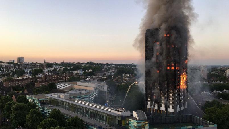 Le bâtiment a été dévoré par les flammes du 2e au 27e étage pendant plusieurs heures. L'incendie n'était toujours pas terminé au lever du jour.