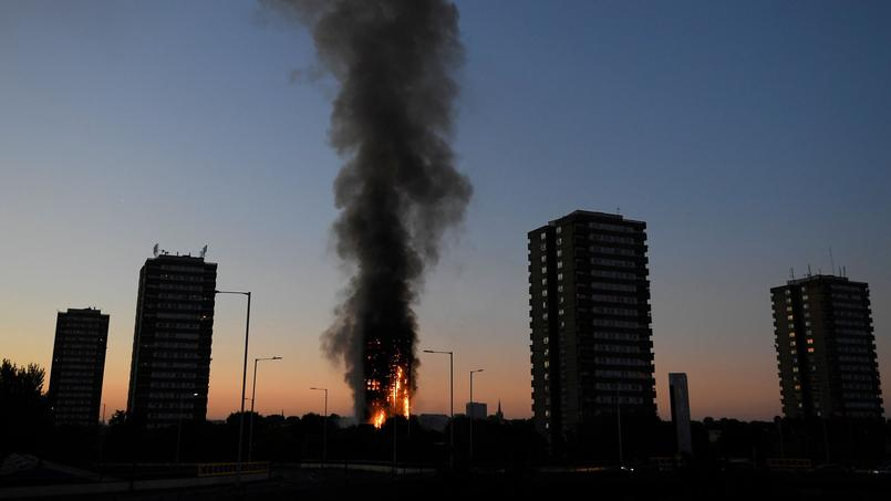 «40 camions à incendie et 200 pompiers ont été appelés sur un incendie dans la tour de Lancaster West Estate», dans le quartier de North Kensington, a indiqué la London Fire Brigade. Ce sont finalement 250 pompiers qui ont été sollicités.