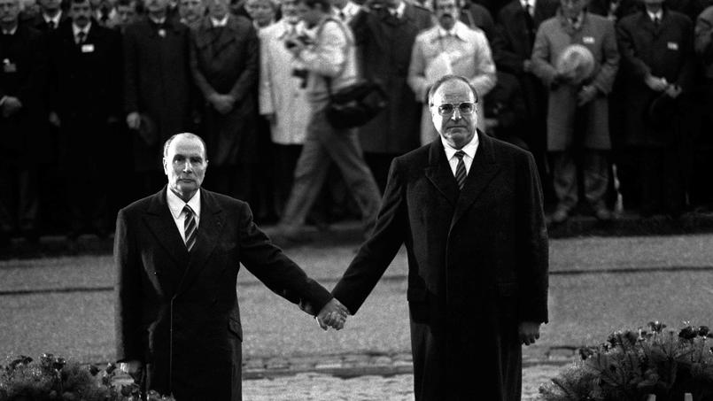 Helmut Kohl et François Mitterrand au mémorial de Verdun, en 1984.