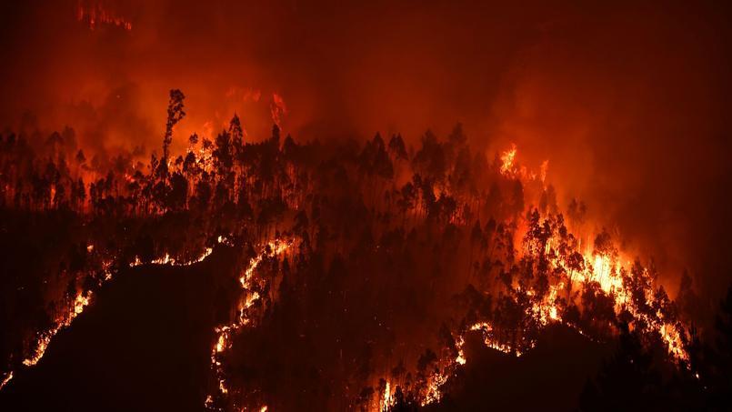 Les autorités n'excluaient pas lundi de trouver d'autres victimes dans des villages cernés par des murs de flammes.