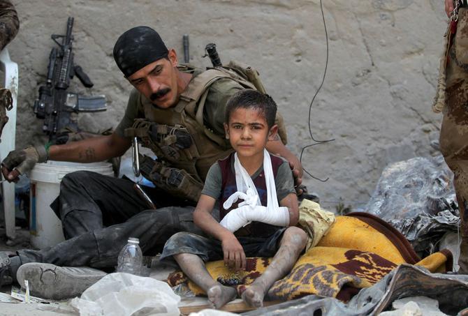 Omar, qui a perdu sa famille dans les combats qui font rage entre les derniers combattants de l'Etat islamique et l'armée irakienne, en compagnie des hommes du contre-terrorisme.