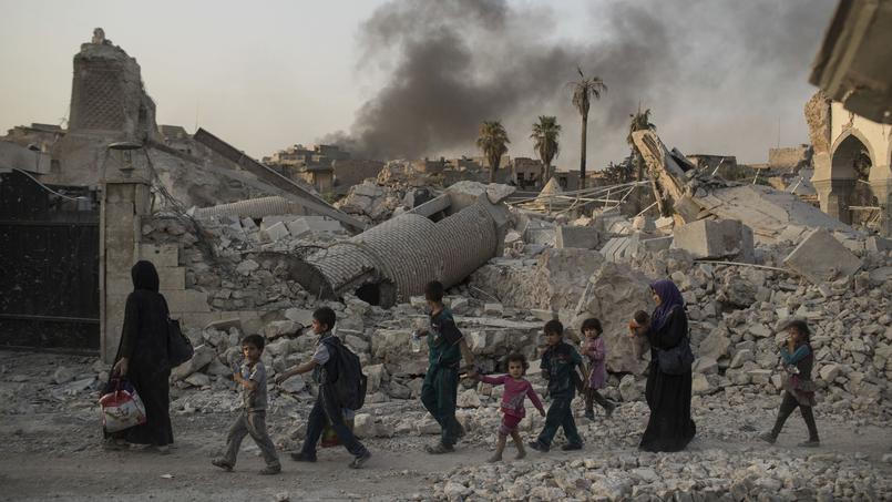 Des civils irakiens fuyant les combats à proximité de la mosquée al-Nouri et de son célèbre minaret penché, dynamités par les djihadistes le 22 juin.
