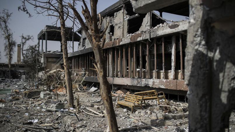 La façade extérieure d'un hôpital à Mossoul, entièrement détruit par les combats entre djihadistes et forces irakiennes.