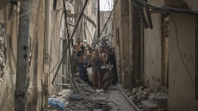 Des civils bloqués dans une rue de la Vieille ville, pris entre les bombardements et les échanges de tirs.