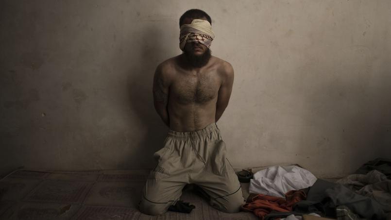 Un homme suspecté d'appartenir au groupe terroriste de l'Etat islamiste, détenu par les forces irakiennes dans la Vieille ville.