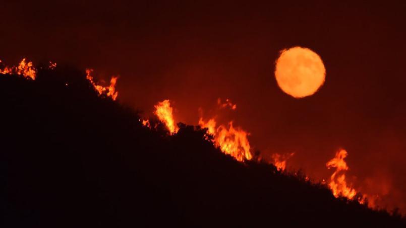 Sous la pleine lune, un incendie à proximité de l'autoroute 166, non loin de Santa Maria, en Californie. (Crédit photo: Mike Eliason / Santa Barbara County Fire Department via AP)