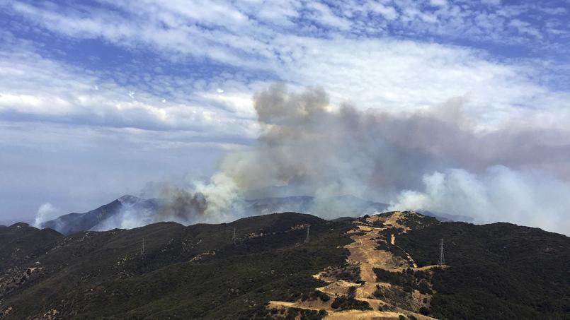 La fumée s'élève au-dessus de Broadcast Peak dans le comté de Santa Barbara, Californie. Au premier plan, un coupe-feu. (Crédit photo: John Palminteri / KEYT-TV via AP)