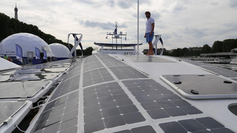 Marin Jarry, le co-capitaine, sur les 130m² de panneaux solaires. Crédits photo: YB.